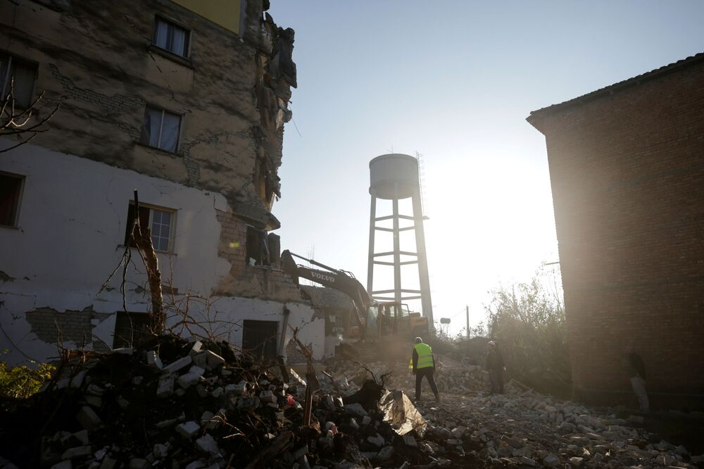 Prédio parcialmente destruído após o forte abalo causado por terremoto na cidade albanesa de Thumane