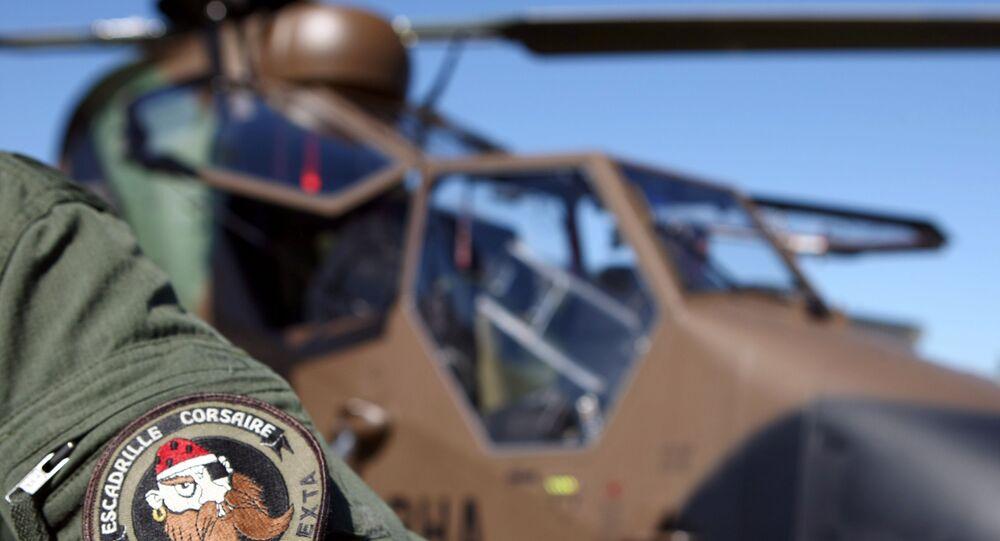 Piloto francês  em frente ao Eurocopter EC665 Tiger, na base aérea de Pau, na França, antes de embarcar para o Mali (foto de arquivo)