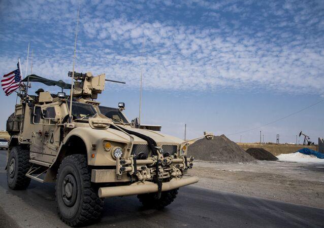 Forças dos EUA patrulhando campos petrolíferos sírios