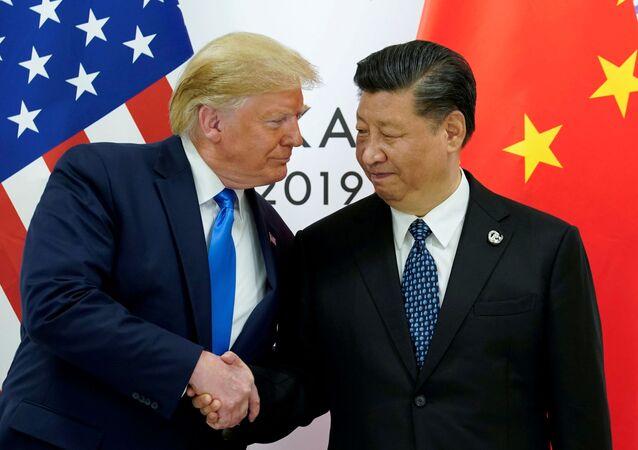 Presidente dos EUA, Donald Trump e presidente da China, Xi Jinping, no encontro bilateral na cúpula do G20 em Osaka, Japão, 29 de junho de 2019 (foto de arquivo)