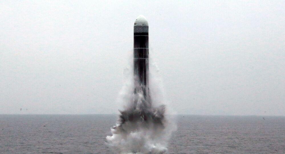 Míssil norte-coreano aparentemente lançado de submarino, em foto publicada pela agência de notícias local KCNA, em 2 de outubro de 2019