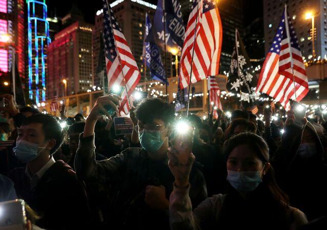 Manifestantes com bandeiras dos EUA nos protestos em Hong Kong no Dia de Ação de Graças, 28 de novembro de 2019
