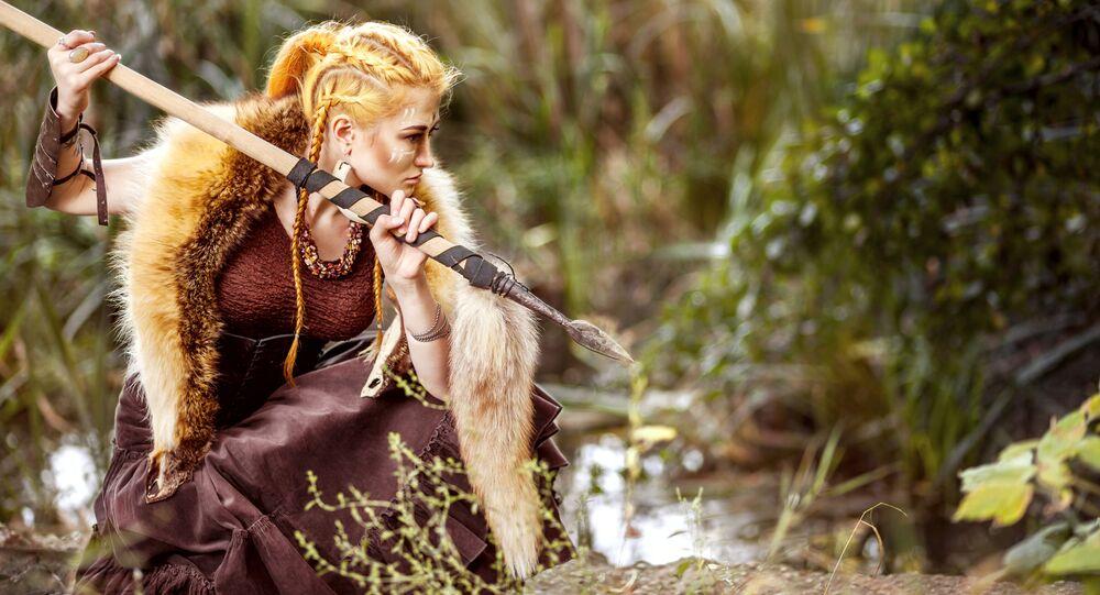 Guerreira amazonas com lança em uma floresta