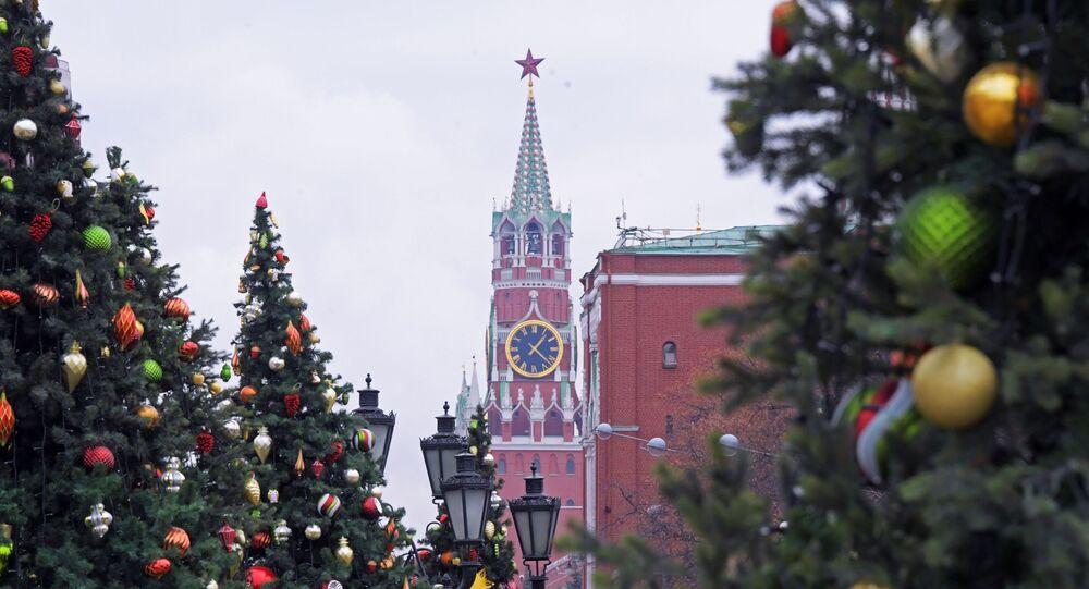 Vista para a Torre do Relógio (Spasskaya Bashnya) do Kremlin de Moscou durante as celebrações do Ano Novo