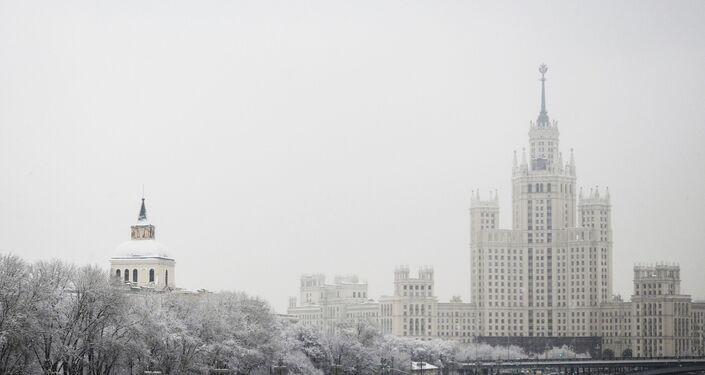 Vista para o parque Zaryadye e Edifício Residencial do cais Kotelnicheskaya durante a nevada