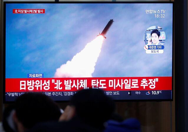 Televisão sul coreana transmite imagens dos lançamentos de mísseis efetuados pela Coreia do Norte, no dia 28 de novembro de 2019