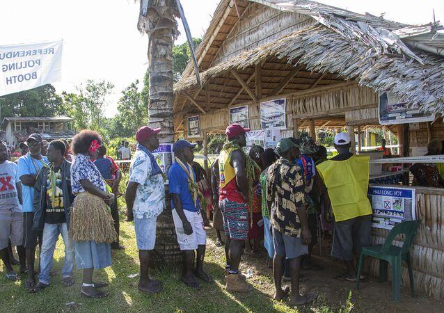 Habitantes da ilha de Bougainville fazem fila para votar em referendo sobre independência, que teve início no dia 23 de novembro de 2019