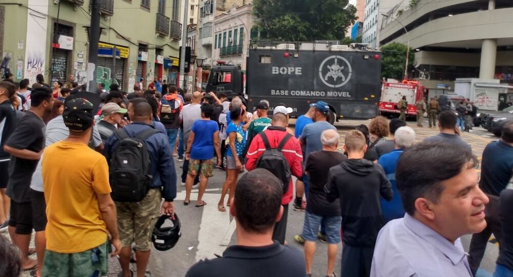 Polícia Militar e Batalhão de Operações Policiais Especiais (Bope) isolam rua do centro do Rio de Janeiro para negociar com sequestrador que mantém 5 reféns.