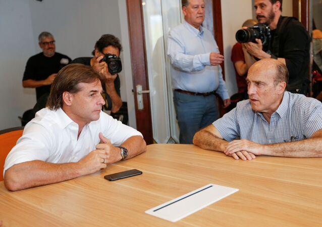 O ex-candidato presidencial do partido Frente Ampla, Daniel Martínez, se encontra com o candidato vencedor do Uruguai do Partido Nacional Luis Lacalle Pou, em Montevidéu