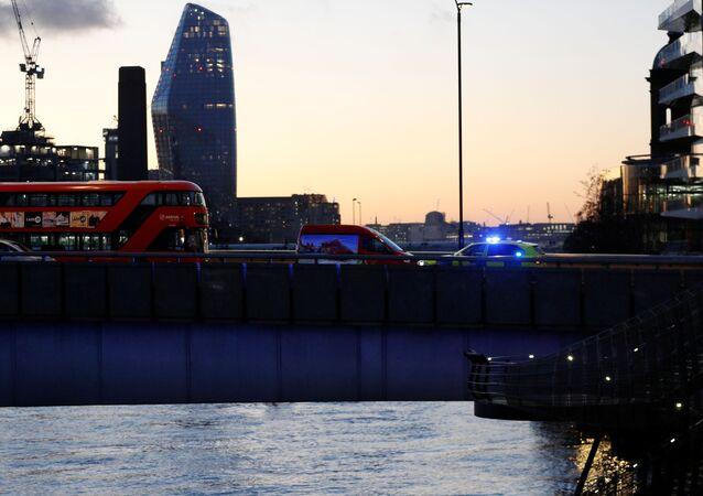 Carros da polícia na Ponte de Londres após ataque terrorista, 29 de novembro de 2019