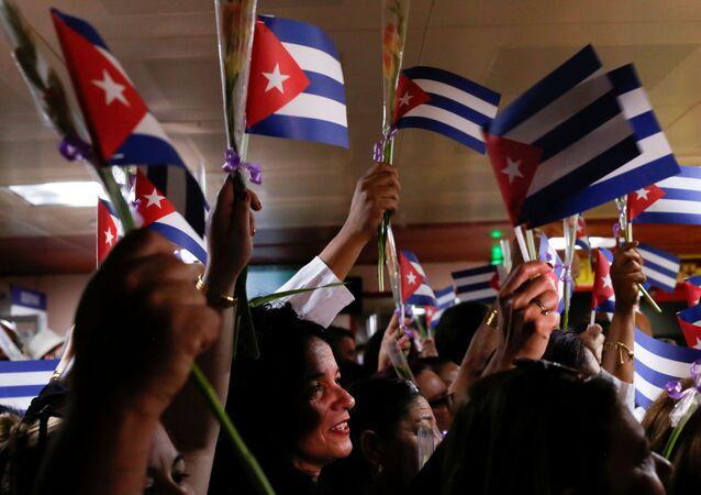 Médicos cubanos são recepcionados no aeroporto de Havana, após se retirarem da Bolívia, em 16 de novembro de 2019