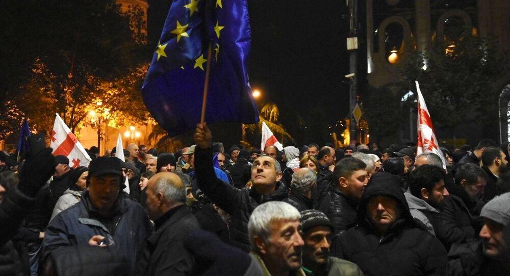 Participantes de manifestação na capital da Geórgia, Tbilisi