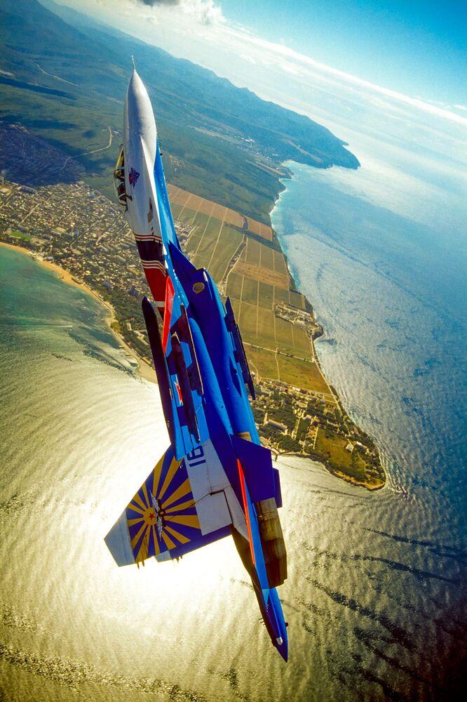 Aeronave da equipe acrobática Russkie Vityazi durante manobra