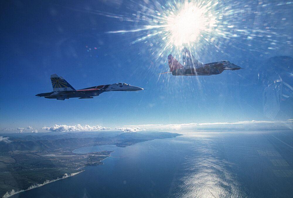 Caças MiG-29 e Su-27 da equipe acrobática Russkie Vityazi sobre o mar Negro