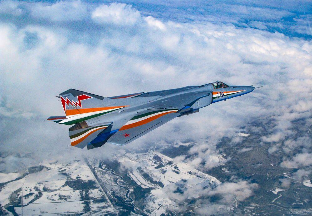 Caça-bombardeiro MiG-27M com asa dobrada