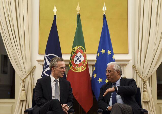 Primeiro-ministro de Portugal, António Costa, à direita e Secretário-geral da OTAN, Jens Stoltenberg, à esquerda