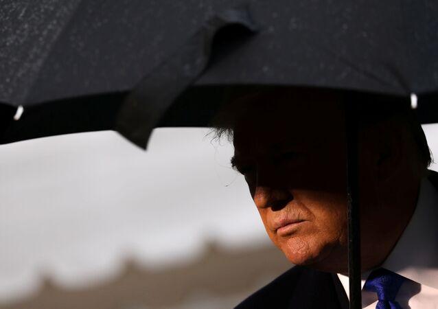 Presidente dos EUA, Donald Trump, fala com repórteres antes de embarcar para a Conferência de Líderes da OTAN, em 2 de dezembro de 2019