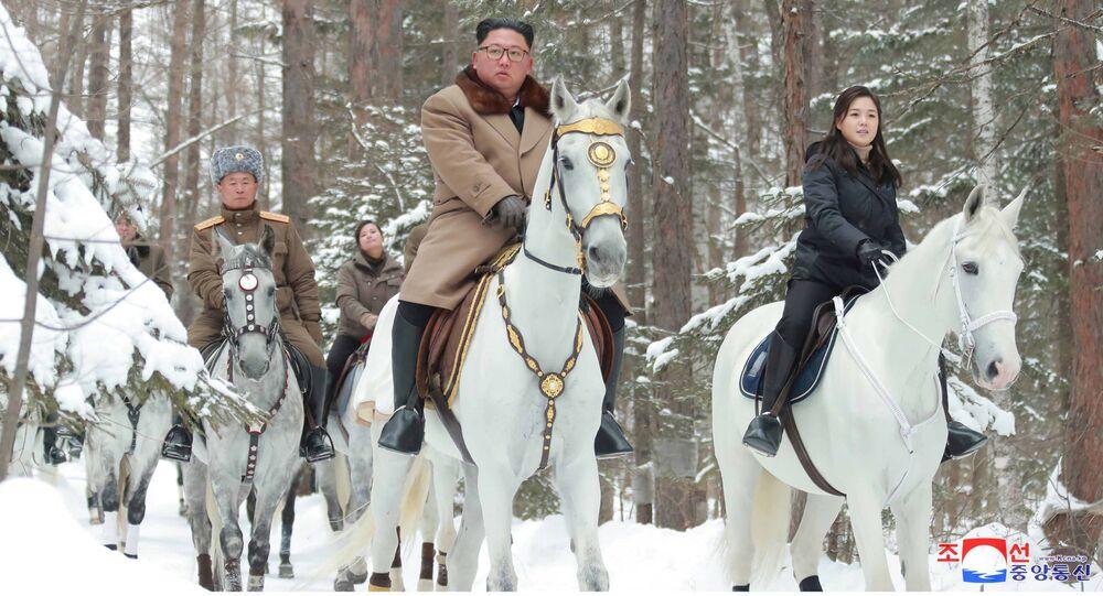 O líder norte-coreano, Kim Jong-un, montado em cavalo enquanto visita locais de batalha em áreas do monte Paektu, Ryanggang, Coreia do Norte, 4 de dezembro de 2019
