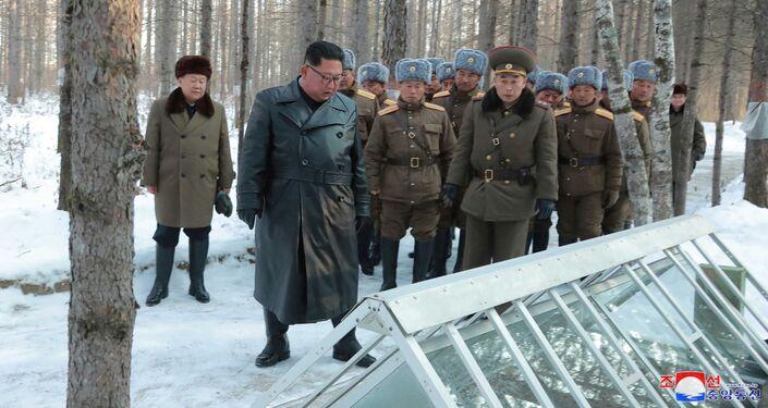 Líder norte-coreano Kim Jong-un inspeciona estufa de vegetais no condado de Kyongsong, na Coreia do Norte