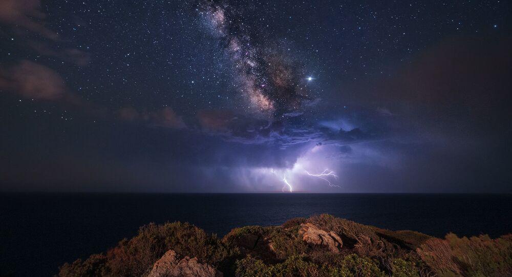 Imagem da NASA mostra relâmpagos sob Via Láctea no sul da Itália