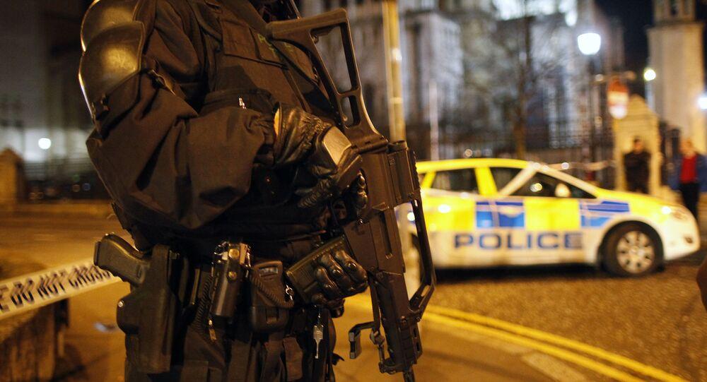Policial faz patrulha de segurança em Belfast, na Irlanda do Norte.