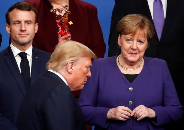 Presidente da França, Emmanuel Macron, a chanceler alemã, Angela Merkel, e o presidente dos EUA, Donald Trump, se preparam para a foto oficial da Conferência da OTAN, em 4 de dezembro de 2019
