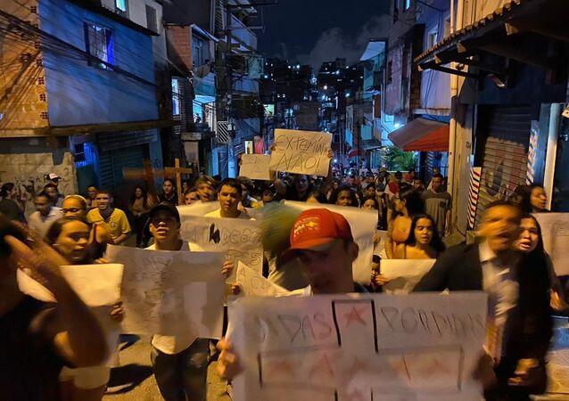 Moradores da favela Paraisópolis, em São Paulo-SP, realizam uma manifestação no dia 1º de dezembro de 2019 contra a violência da Polícia Militar na favela. A manifestação protesta contra a morte de nove jovens em um baile funk após uma operação policial.