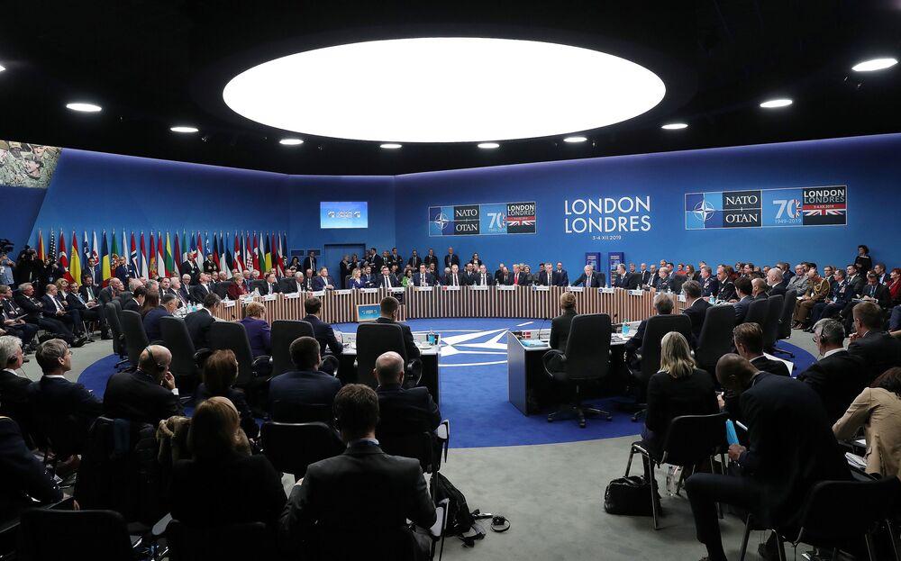 Sessão plenária da cúpula da OTAN no Reino Unido.
