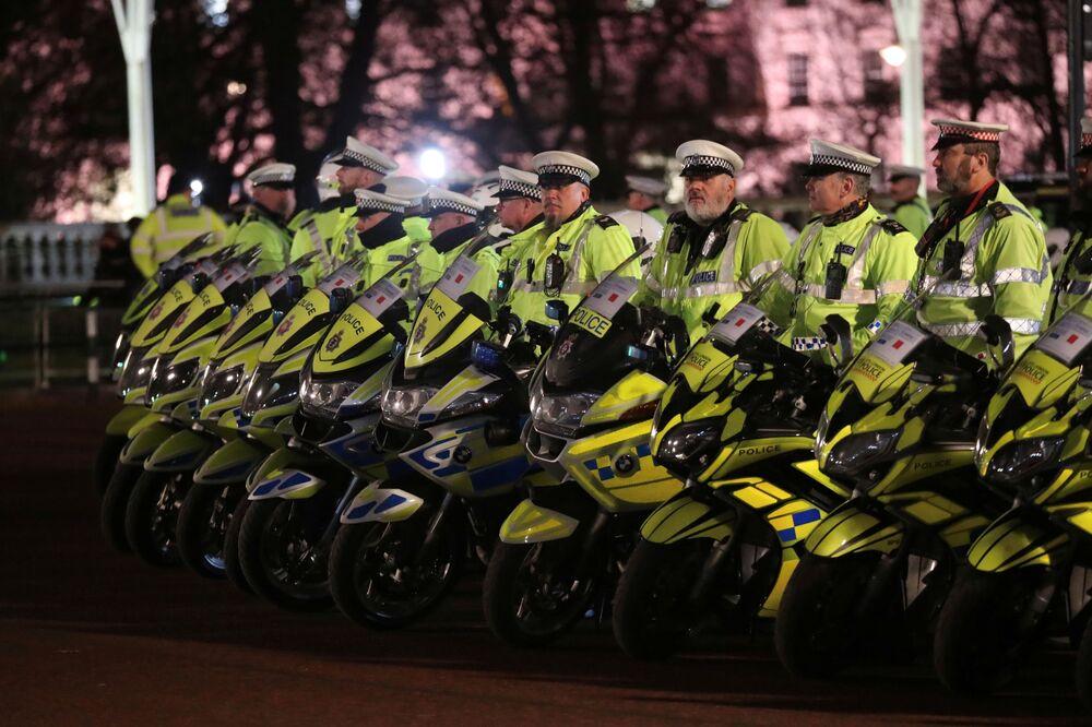 Polícia aguarda fora do Palácio de Buckingham até o começo da cúpula da OTAN em Londres.