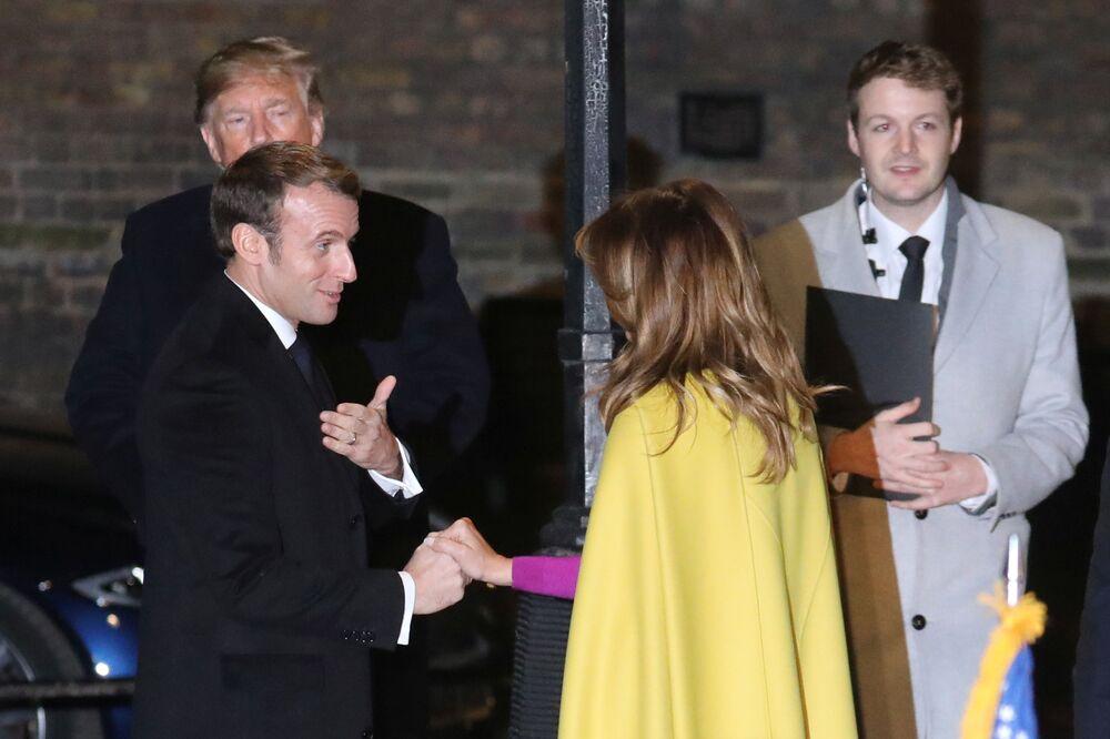 Primeira-dama dos Estados Unidos, Melania Trump, prepara decorações de Natal com crianças em Londres.