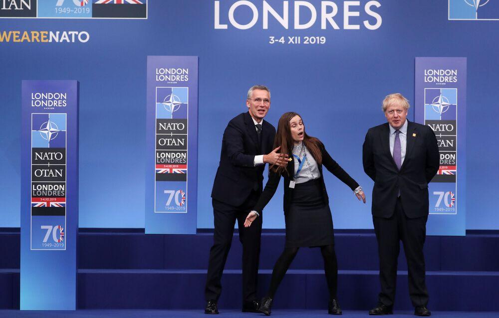 Secretário-geral da OTAN, Jens Stoltenberg, e primeiro-ministro do Reino Unido, Boris Johnson, recebem primeira-ministra da Islândia Katrín Jakobsdóttir na cúpula da OTAN em Londres.