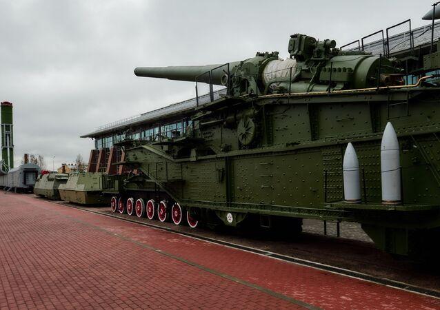 Sistema de mísseis ferroviários Molodets e sistema de artilharia ferroviária TM-3-12, apresentados em exposição de rua em São Petersburgo, Rússia