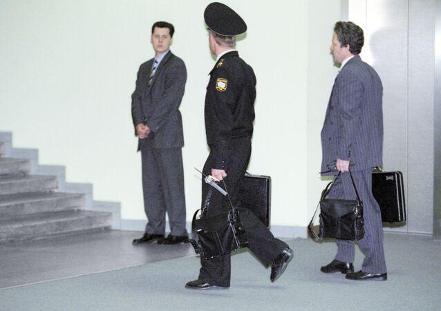Oficial com a maleta nuclear, acompanhando o então presidente interino Vladimir Putin