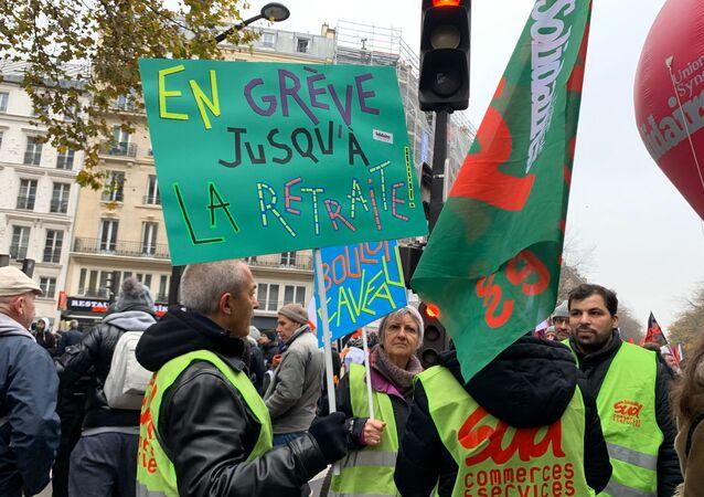 Manifestantes durante protesto contra a reforma da Previdência na França se reúnem em Paris durante Greve Geral em 5 de dezembro de 2019.