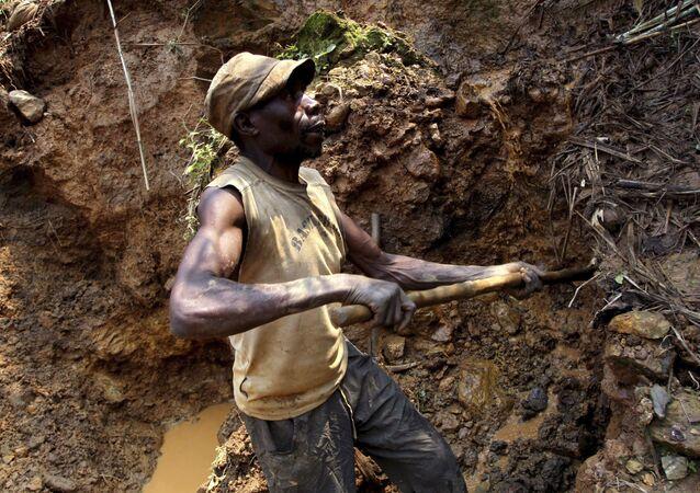 Mineiros congoleses escavam em busca de cassiterita, o principal mineral de estanho na mina de Nyabibwe, na República Democrática do Congo