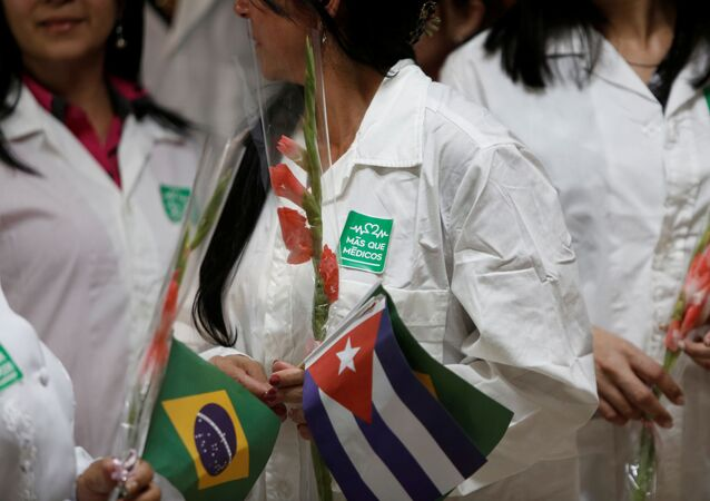 Médicos com bandeiras de Cuba e do Brasil em aeroporto de Havana