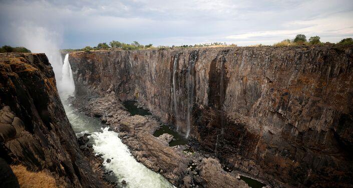 Níveis baixos de água são observados após uma seca prolongada nas cataratas de Vitória, Zimbabué, em 4 de dezembro de 2019