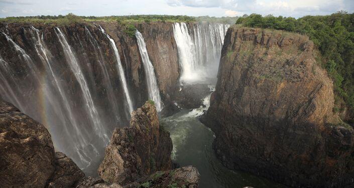 Água escorre pela borda das cataratas de Vitória, no Zimbabué, em 17 de janeiro de 2019