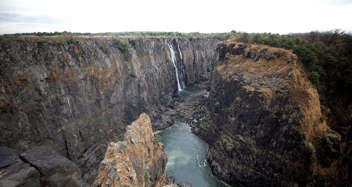 Níveis baixos de água são observados após uma seca prolongada cataratas de Vitória, no Zimbabué, em 4 de dezembro de 2019