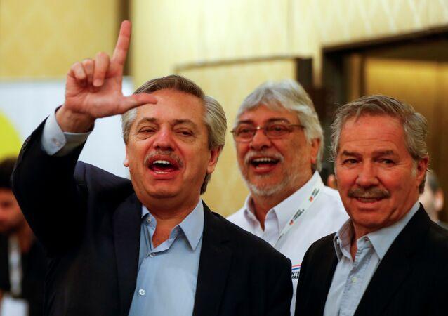 Presidente eleitor argetino, Alberto Fernández (esq.), e o futuro chanceler Felipe Solá (dir.)