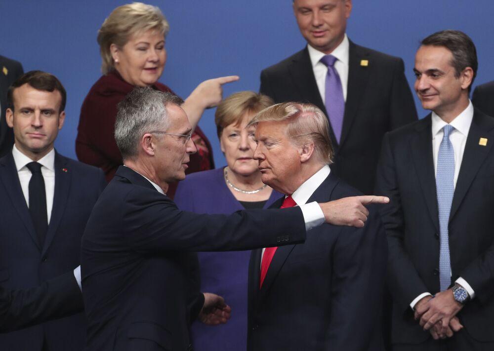 Secretário-geral da OTAN, Jens Stoltenberg, conversa com o presidente dos EUA, Donald Trump, durante o encontro dos líderes dos países da OTAN na cidade de Watford, Reino Unido