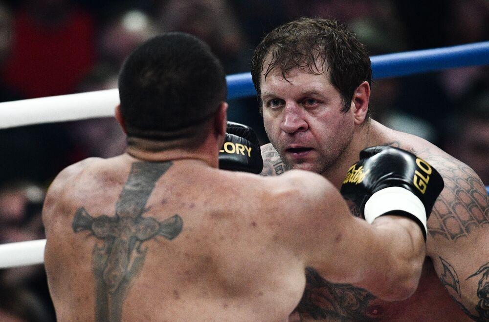 Lutadores russos Mikhail Koklyaev e Aleksandr Emelyanenko durante um combate do boxe em Moscou, Rússia