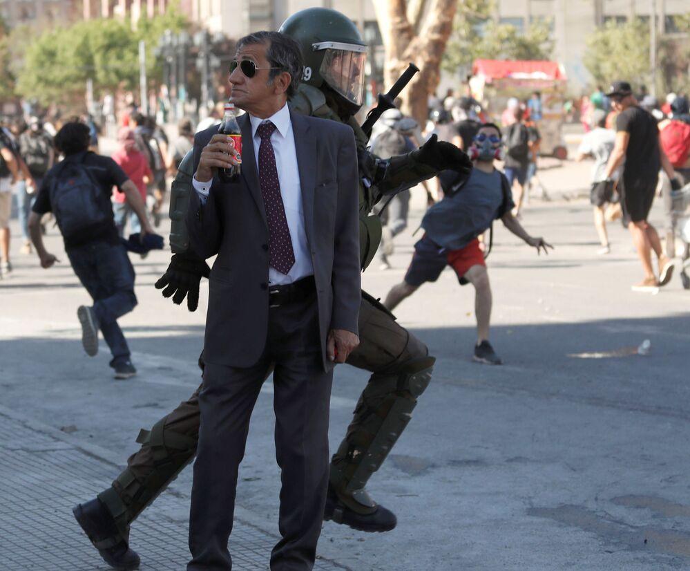 Homem com garrafa de Coca-Cola durante um protesto antigovernamental em Santiago, Chile