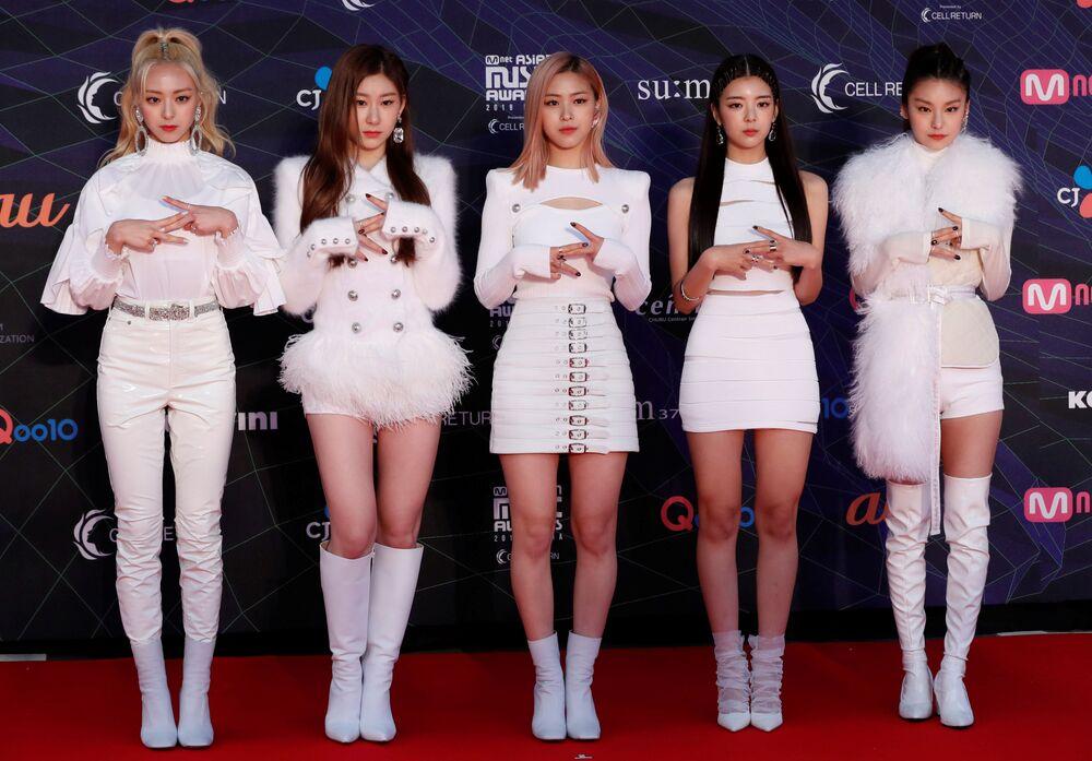 Meninas do grupo sul-coreano ITZY no tapete vermelho durante o prêmio anual MAMA Awards na cidade de Nagoya, Japão