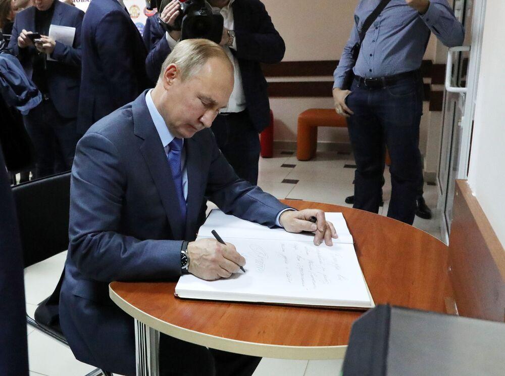 Presidente da Rússia, Vladimir Putin, durante uma visita à academia de artes para crianças Cidade do Sol na cidade de Nalchik, Rússia