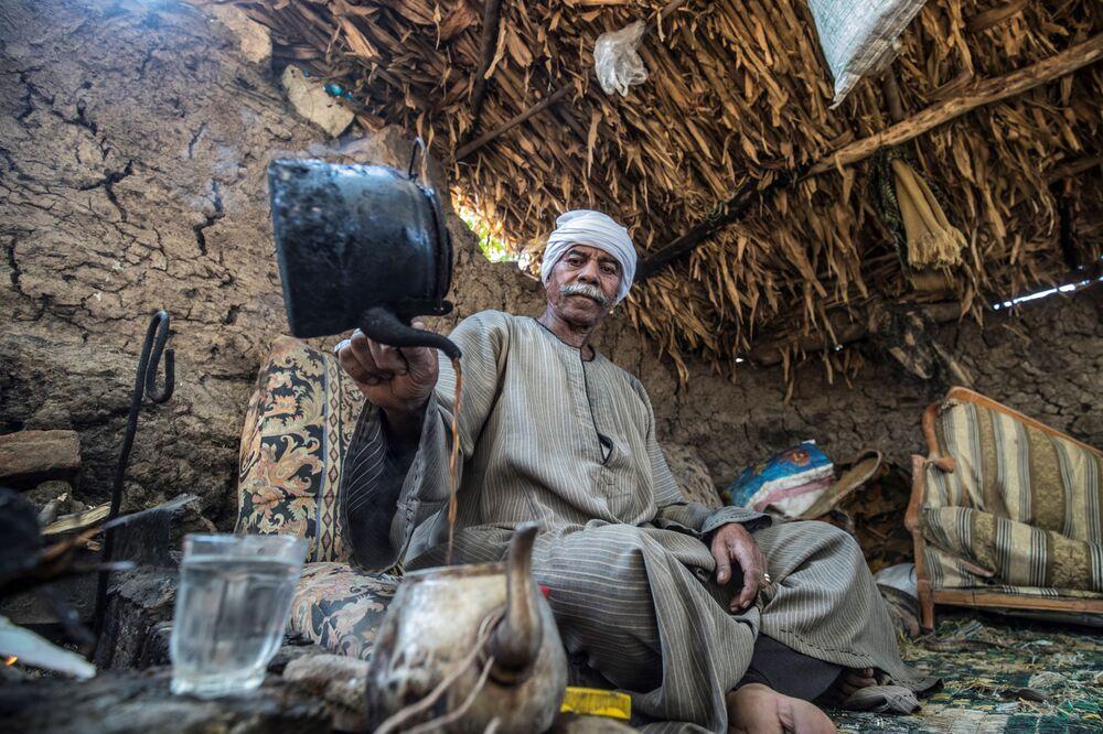 Fazendeiro egípcio de 71 anos prepara chá na sua fazenda no povoado de Baharmis, a noroeste do Cairo, Egito
