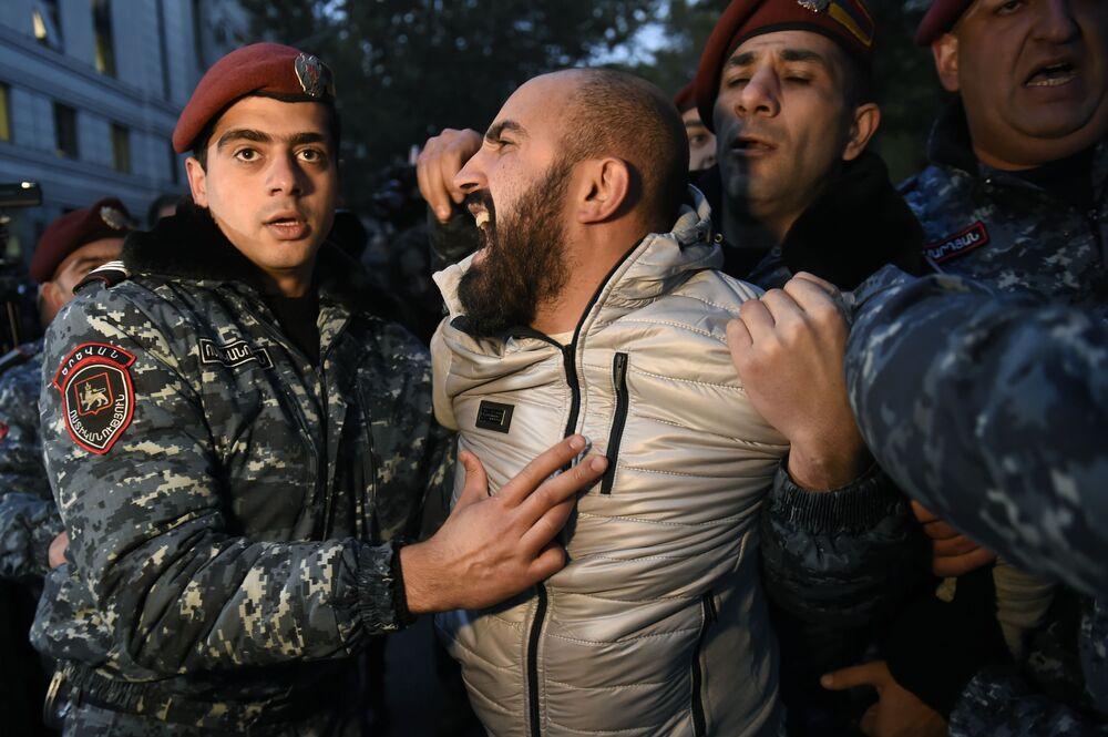 Confronto entre membros da associação juvenil do partido Federação Revolucionária Armênia com a polícia durante protestos em Erevan, Armênia