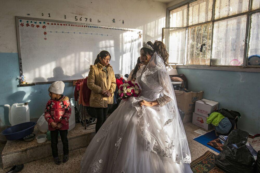 Refugiada no dia do casamento em uma escola equipada como alojamento temporário na cidade de Al Hasakah, Síria