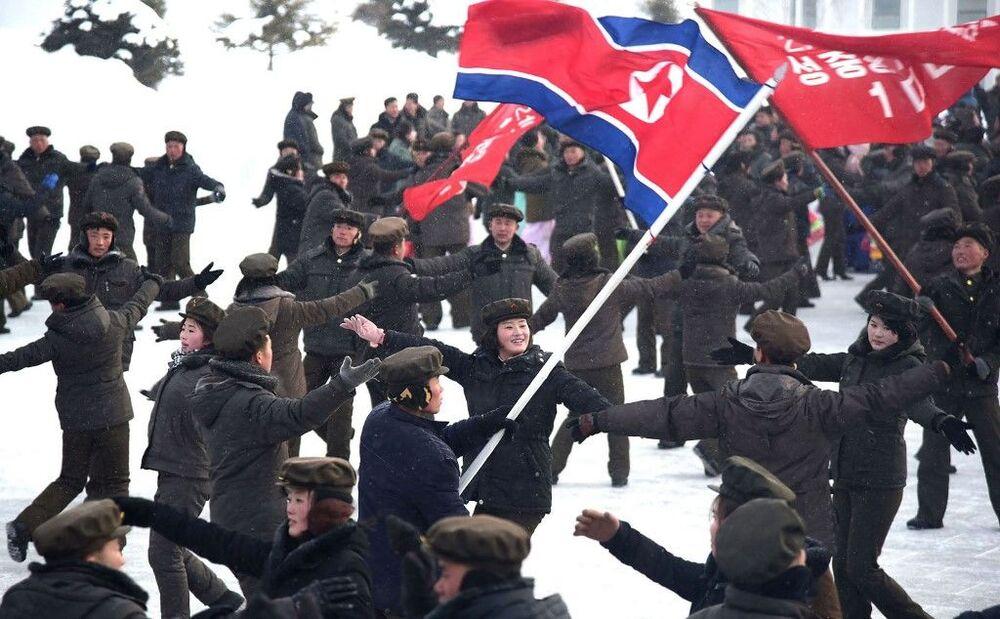 Habitantes dançam durante a cerimônia de inauguração da cidade de Samjiyon, Coreia do Norte