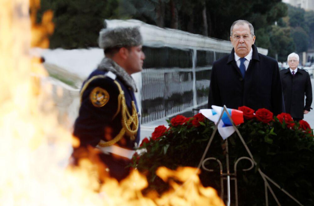 Ministro das Relações Exteriores da Rússia, Sergei Lavrov, durante cerimônia de colocação de flores na cidade de Baku, Azerbaijão